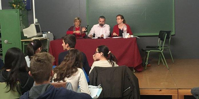 """El concejal de Juventud, José Manuel Mora, durante una """"rueda de prensa"""" a la que le han sometido los alumnos del IES Dr. Peset Aleixandre de Paterna como ejercicio de una clase práctica."""