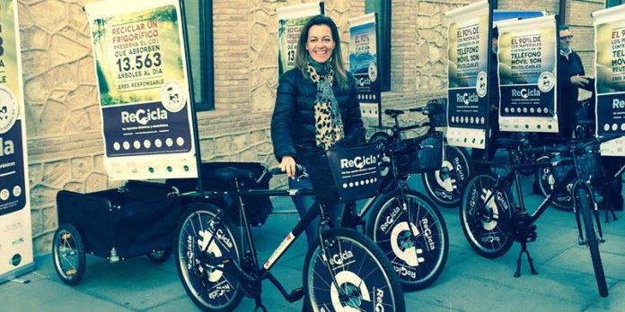 Nuria Campos junto a las bici de los informadores