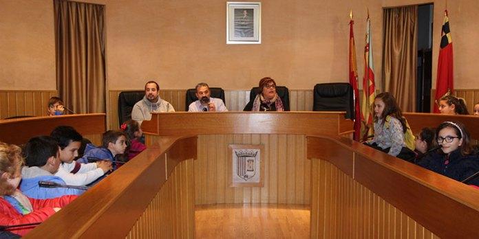 Los alumnos junto al concejal José Manuel Mora en el salón de plenos