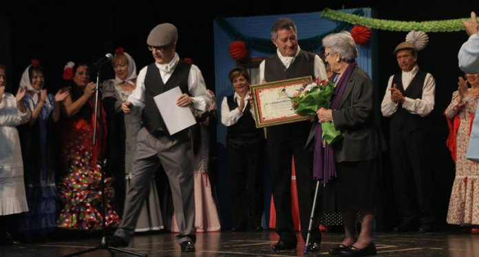 Instante del homenaje a Carmen Roca