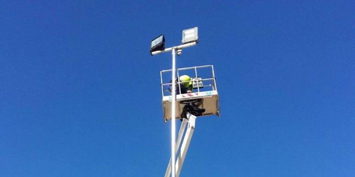 Imagen de los trabajos de estación de las luminarias en La Coma