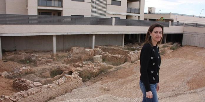 La concejal Núria Campos durante su visita a la Villa Romana de Paterna