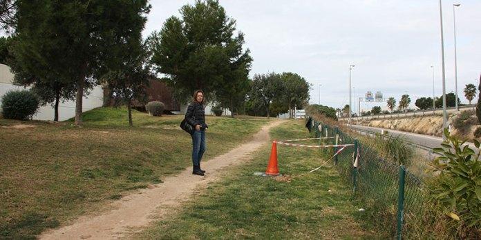 Nuria Campos visita la zona done se ubicará el espacio para esparcimiento de animales