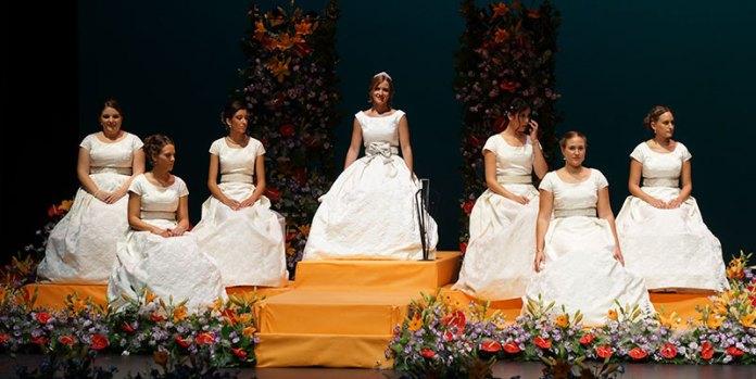 La Reina de las Fiestas de Paterna y su Corte durante los Juegos Florales
