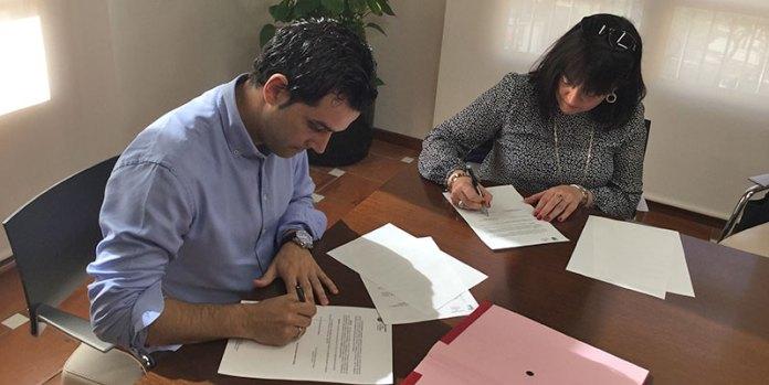 Sagredo y Ferrús durante la firma del acuerdo
