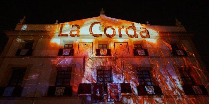 Instante de la proyección sobre el Ayuntamiento de Paterna