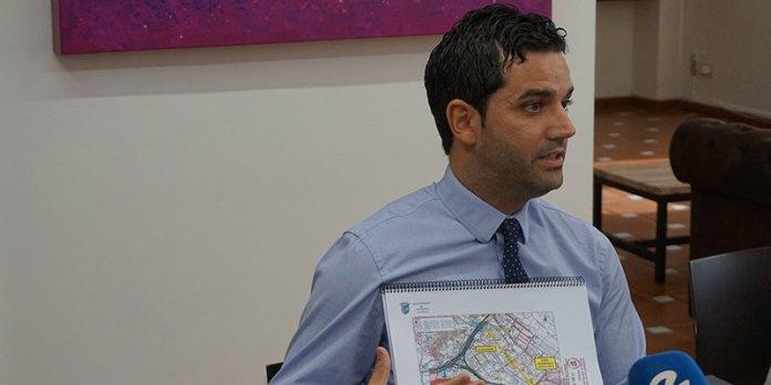 El alcalde muestra sobre un plano los efectos de la ampliación del by pass