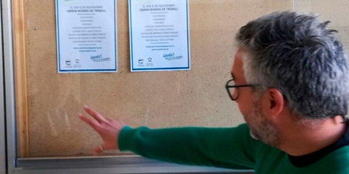 Juanma Ramón junto al tablón de anuncios donde figuran las bolsas de trabajo