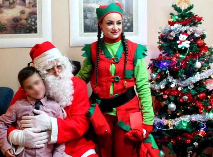 Papá Noel junto a uno de los pequeños agraciados
