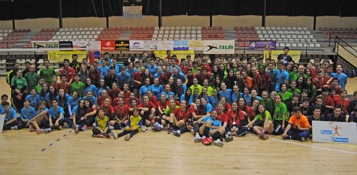 Foto de familia de los participantes en el Campeonato Autonómico de Selecciones de Voleibol
