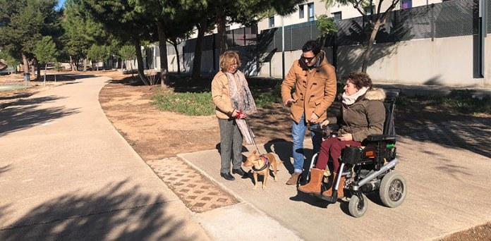 El alcalde junto a una vecina en el parque donde se han realizado los trabajos