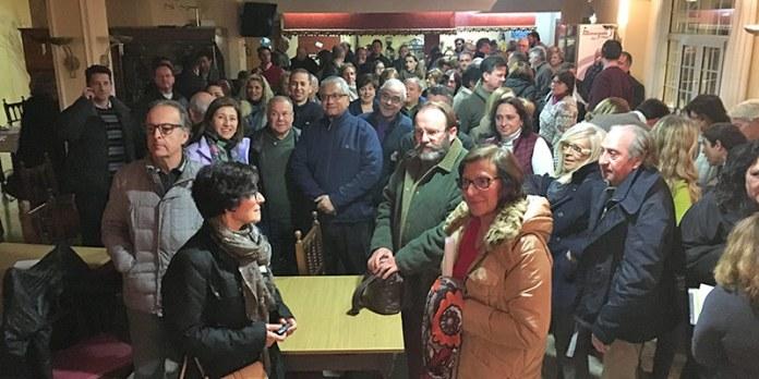 Vecinos durante la reunión mantenida esta tarde en Montecañada