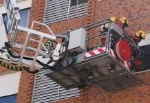 Los bomberos en el instante en el que han accedido a la vivienda