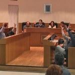 Instante de la votación de la urgencia en el Pleno Extraordinario sobre el Centro de Menores de Montecañada