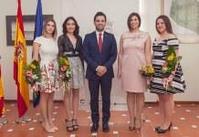 La Reina de las Fiestas de Paterna junto a su Corte y el alcalde de Paterna