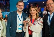 María Villajos posa con el reconocimiento junto a Mariano Rajoy