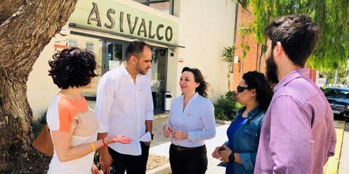 Concejales de Ciudadanos a las puertas de la sede de Asivalco en Fuente del Jarro