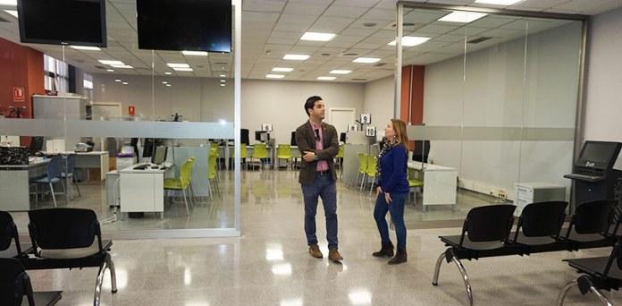 Sagredo y Eva Pérez en la oficina del SIAC