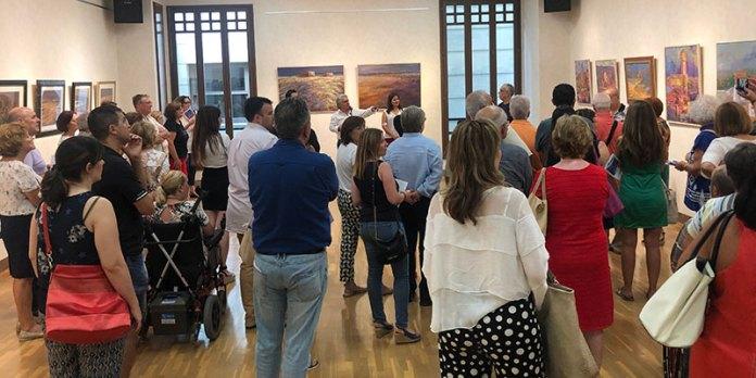 Instante de la inauguración de la exposición de Francisco Oficial
