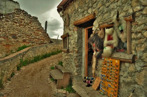 Селцето е съхранило изцяло автентичния си вид. Нищо не е пипнато или реставрирано от 7 века. Ако не бяха сувенирите, кинкалерията и туристите, щях наистина да се пренеса в 13 век.