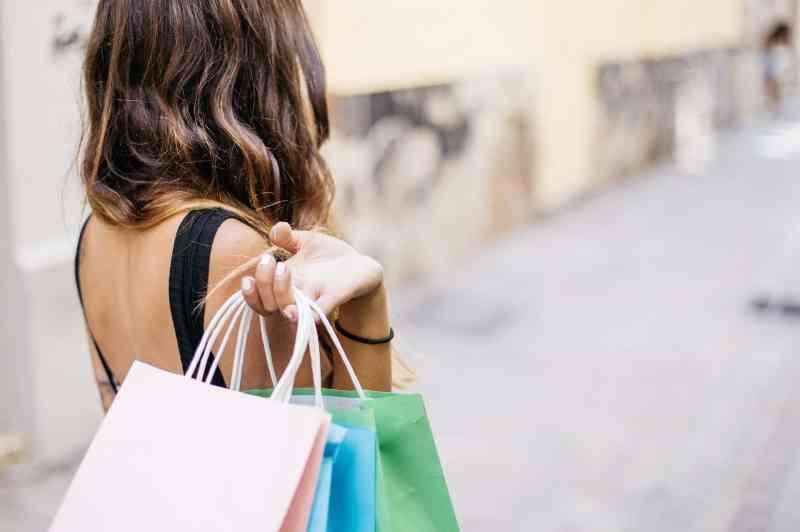 Foto de mulher com sacolas de compras