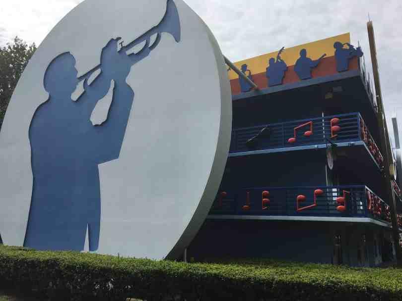 Foto mostrando a fachada de um dos hotéis econômicos da Disney, o All-Star Music Resort