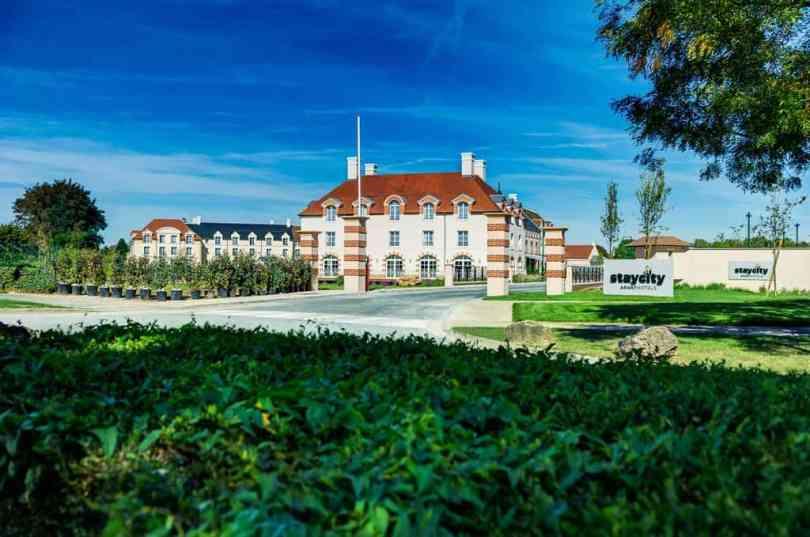 Foto mostrando a entrada do Staycity, uma das opções de hospedagem mais perto da Disney PAris