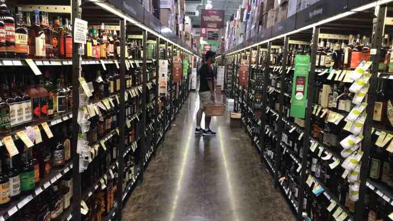 Foto de corredor de lojas de bebidas. Um dos produtos que muita gente não sabe, mas vale muito a pena comprar em Orlando.