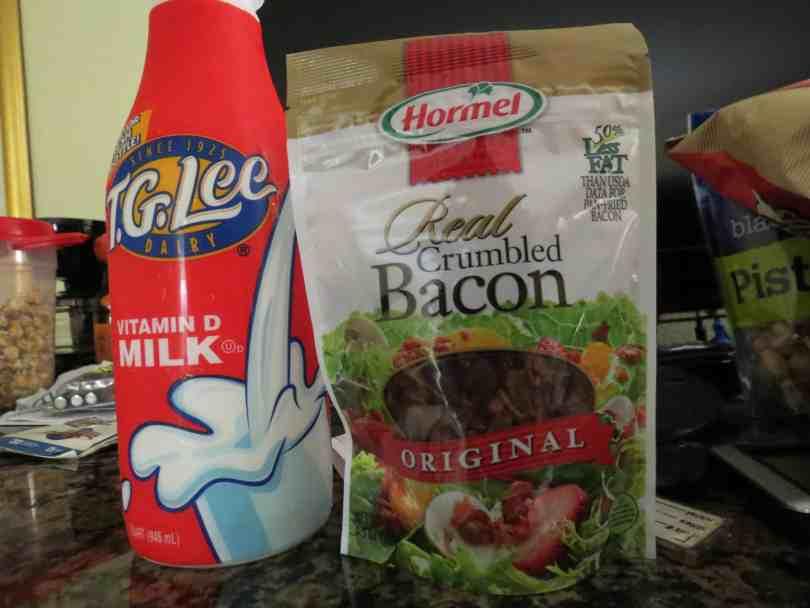 Foto de garrafa de leite e pacotinho de bacon. Itens que você pode comprar nos supermercados de Orlando.