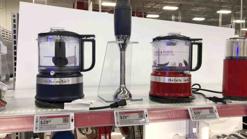 Foto de prateleira da BestBuy mostrando aparelhos de cozinha da Kitchen Aid.