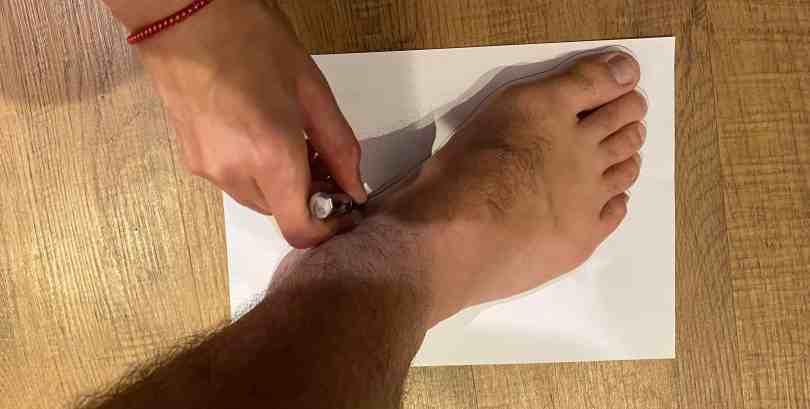 imagem mostrando como contornar e desenhar o pé em uma folha de sulfite.