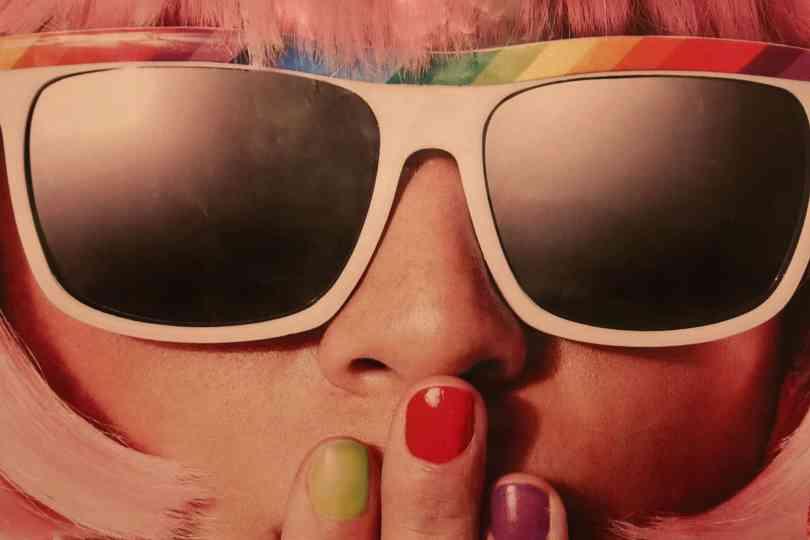 O que comprar em Orlando? Óculos de Sol, como os descolados e coloridosque aparecem nesta foto em um rosto feminino. Mas será que vale a pena?