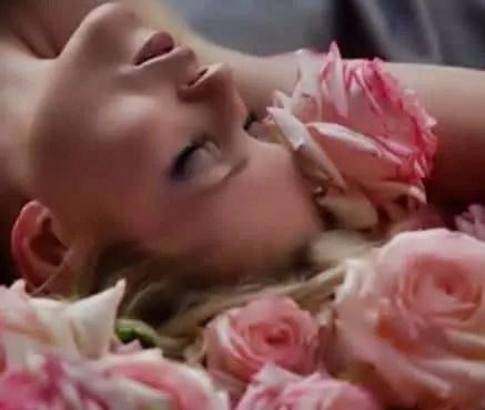 belle femme endormie