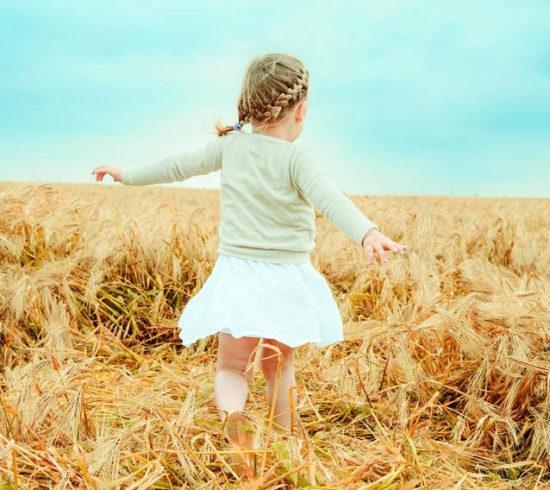 ballo bambino nostalgico in campo