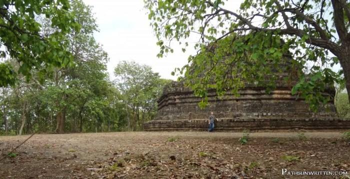 The unusually large stupa base of Wat Khao Phrabat Noi.