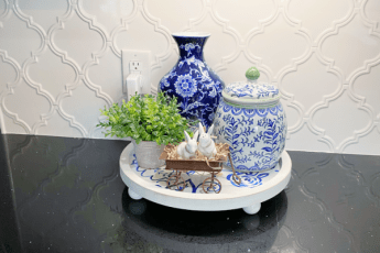 tray, blue and white vases