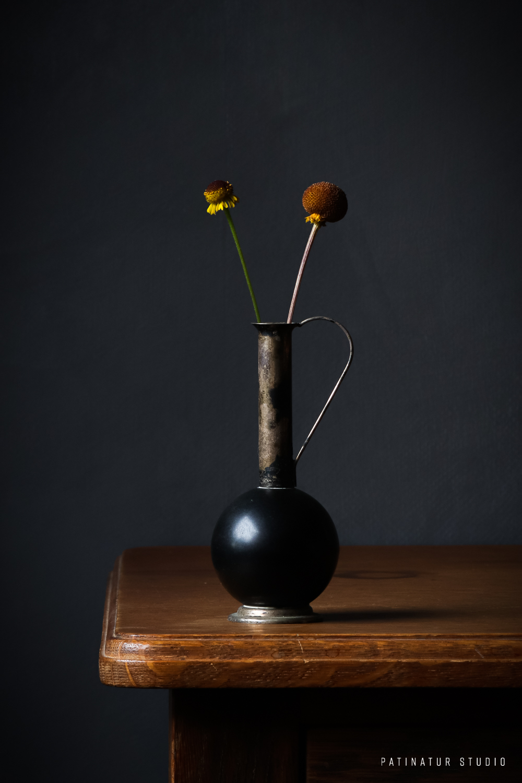 Photo art | Dark and moody still life with Helenium Puberulum 'Autumn Lollipop' in little, black vintage vase