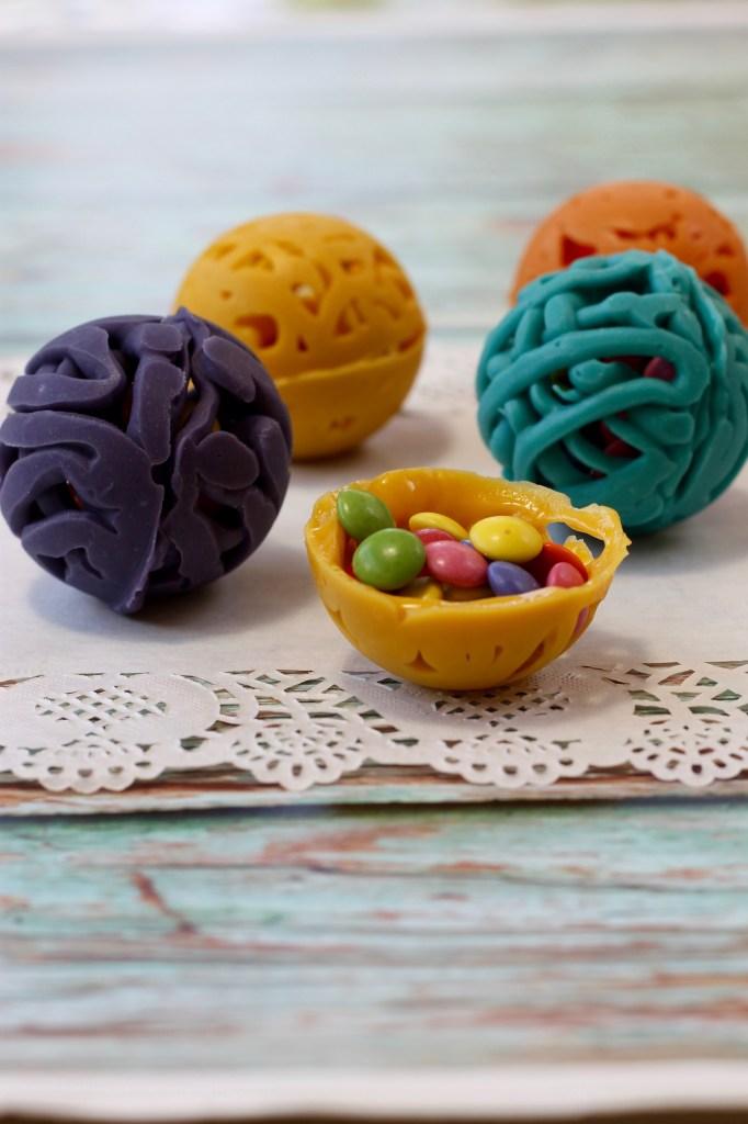 כדורי תחרה משוקולד במילוי סוכריות עדשים