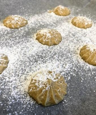 מזלפים ומפדרים באבקת סוכר