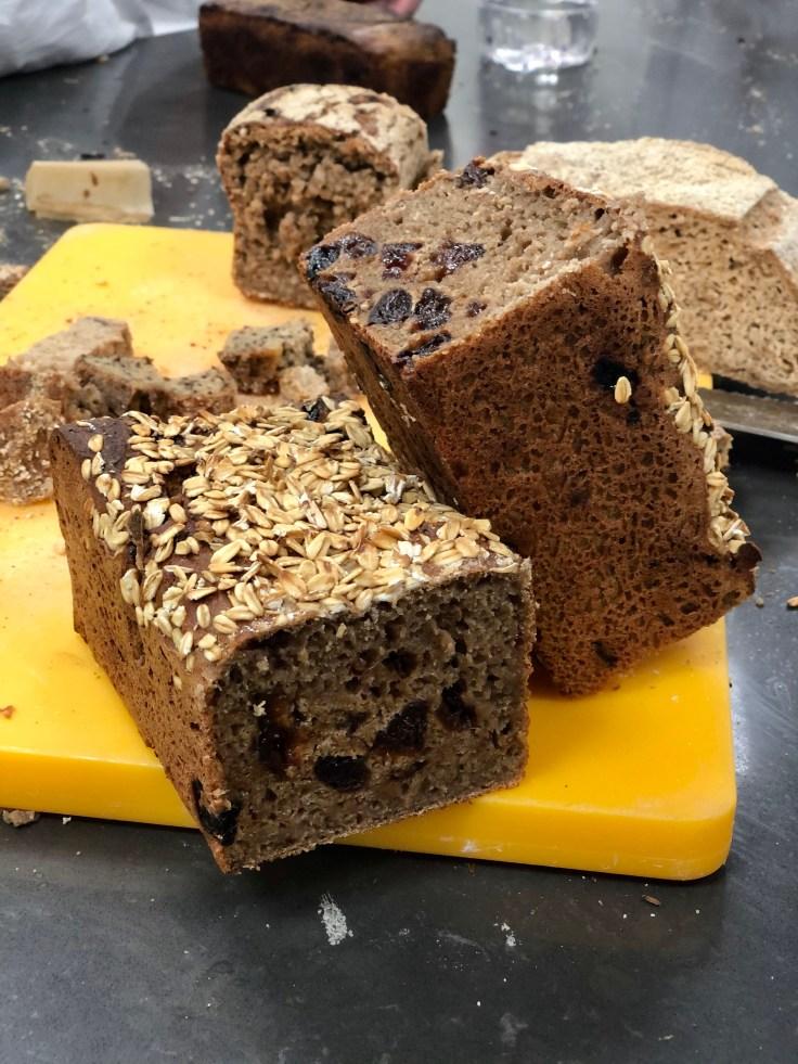 לחם שיפון, שזיפים מיובשים וגרעיני פלפל ורוד