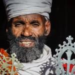Prêtre et sa croix, Lalibela, Ethiopie