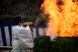 A senior priest comes to each fire and casts leaves and salt, Fushimi Inari Taisha Hitakisai