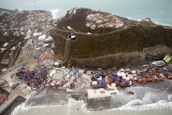 água do mar invade a cidade após passagem do furacão Irma