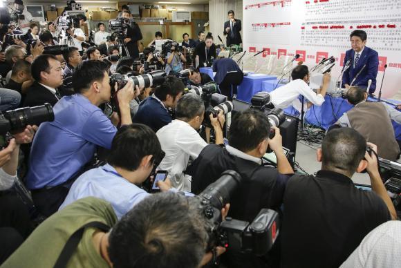 Primeiro-ministro do Japão, Shinzo Abe, fala à imprensa e comemora a vitória de seu partido o Liberal Democrata que conquistou maioria absoluta na Câmara Baixa do parlamento japonês