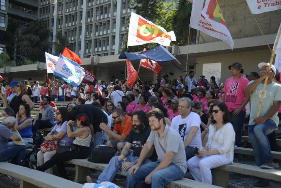 Rio de Janeiro - Professores, estudantes, integrantes de movimentos sociais e centrais sindicais fazem, no Campus Maracanã da Uerj, ato em defesa das universidades públicas e da educação (Tomaz Silva/Agência Brasil)