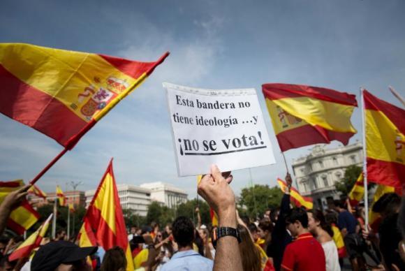 Milhares de pessoas se manifestaram neste sábado no centro de Madri e em outras cidades espanholas contra o referendo independentista e a favor da unidade da Espanha.