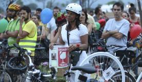 Brasília - Bicicletada nacional em homenagem a Raul Aragão, voluntário do projeto Bike Anjo e parte da coordenação da Rodas da Paz. Raul foi atropelado perto de casa, na Asa Norte (Fabio Rodrigues Pozzebom/Agência