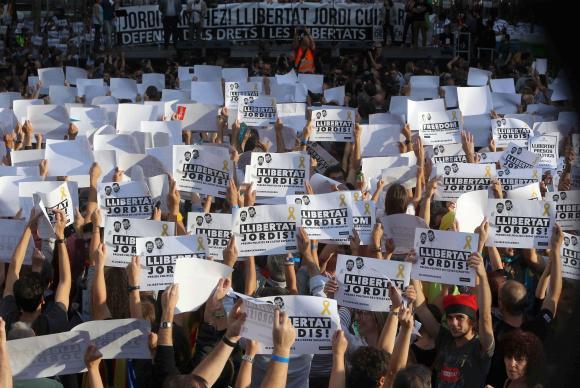 Nas ruas de Barcelona, manifestantes pediam a liberdade de dois líderes independentistas presos na semana passada