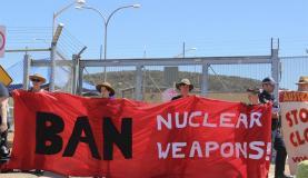 Ativistas carregam faixa que pede a abolição das armas nucleares