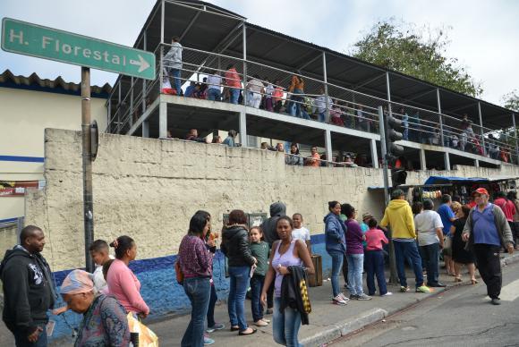 Fila para vacinação contra febre amarela na Unidade Básica de Saúde - UBS/AMA Jardim Peri, na região norte da cidade de São Paulo